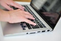 在计算机上的手 免版税库存图片