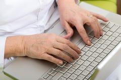在计算机上的手 免版税图库摄影