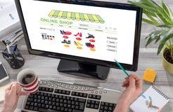 在计算机上的网上商店概念 免版税图库摄影