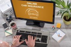 在计算机上的网上汽车保险概念 免版税库存照片