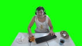 在计算机上的讨厌的球员有比萨饼的 股票录像