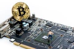 在计算机上的金黄Bitcoin金钱 免版税库存图片