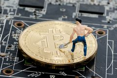 在计算机上的金黄Bitcoin金钱 图库摄影