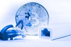 在计算机上的金黄Bitcoin金钱 免版税库存照片
