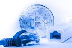在计算机上的金黄Bitcoin金钱 库存照片