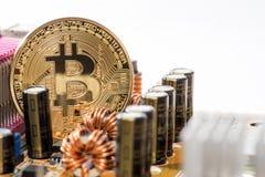 在计算机上的金黄Bitcoin金钱 免版税图库摄影