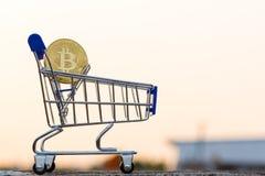 在计算机上的金黄Bitcoin金钱 库存图片