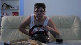 在计算机前面吃并且喝在轮子 股票视频