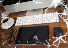 在计算机前面的图形输入板有白色网络覆盖物的 免版税库存照片