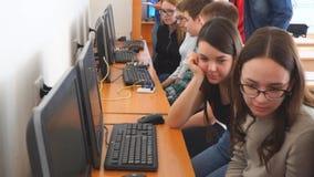在计算机前面的学生在计算机类 影视素材
