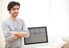 在计算机前面的年轻人 免版税库存照片