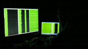 在计算机显示器后的人 互联网瘾反射黑客浏览夜间代码网络的罪行玻璃 股票视频