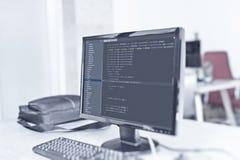在计算机显示器的网站代码在办公室 库存图片