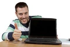 在计算机显示赞许的膝上型计算机人之后 库存图片