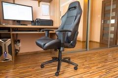 在计算机服务台的办公室椅子 免版税图库摄影