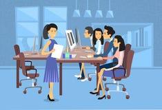 在计算机桌面女实业家的亚洲商人小组作业有纸张文件秘书的 库存图片