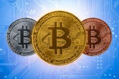 在计算机电子线路板的三倍Bitcoin硬币 库存照片