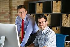 在计算机的企业队创造性的网设计师和项目负责人讨论 库存照片