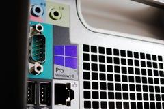 在计算机盒的Windows 8赞成专业商标 库存图片