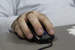 在计算机老鼠的手 图库摄影