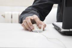在计算机老鼠的手 库存图片