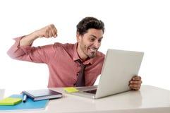 在计算机膝上型计算机注重的事务的商人劳累了过度在工作压力的投掷的拳打 免版税库存图片