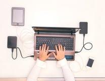 在计算机膝上型计算机的妇女手 免版税库存照片