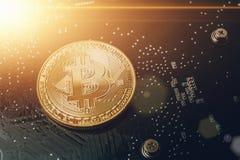 在计算机芯片背景的金黄Bitcoin与光线影响 免版税库存照片