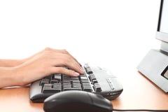 在计算机键盘的妇女现有量 图库摄影