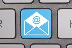 在计算机键盘的电子邮件信封 免版税库存照片