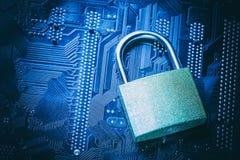 在计算机主板的挂锁 互联网数据保密性信息保障概念 库存照片