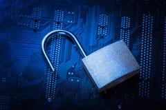 在计算机主板的被打开的挂锁 互联网数据保密性信息保障概念 蓝色被定调子的图象 免版税库存照片