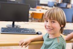 在计算机类的逗人喜爱的学生 免版税库存图片