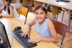 在计算机类的逗人喜爱的学生 免版税图库摄影