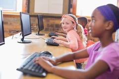 在计算机类的逗人喜爱的学生 库存图片