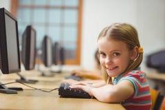在计算机类的逗人喜爱的学生 库存照片