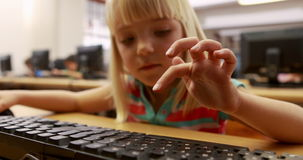 在计算机类的逗人喜爱的学生 股票视频