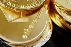在计算机mainboard的金黄ethereum硬币cryptocurrency,选择聚焦,特写镜头 库存照片