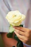 在订婚的圆环在一朵白色玫瑰 图库摄影