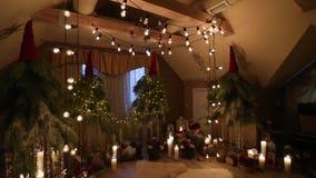 在订婚装饰内部的美丽的圣诞节冬天婚礼曲拱与蜡烛、桦树日志、电灯泡诗歌选和冷杉 股票录像