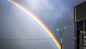 在讨厌的城市天空的彩虹 库存照片