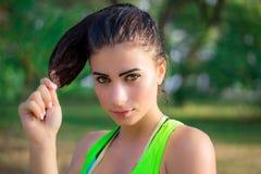 在训练惯例期间,年轻健身女孩摆在 库存图片