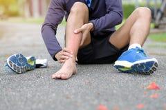 在训练期间,举行他的体育伤害的健身人,干涉痛苦 图库摄影
