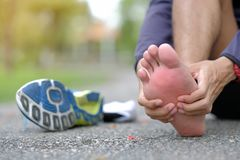 在训练期间,举行他的体育腿伤,干涉痛苦 免版税库存照片
