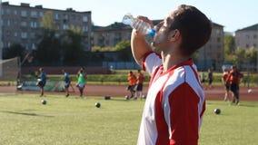 在训练期间,疲乏的球员喝着水 股票录像