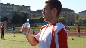 在训练期间,足球运动员喝水 影视素材