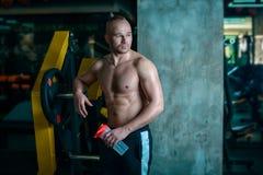 在训练的欧洲人休息在健身房以后 库存照片
