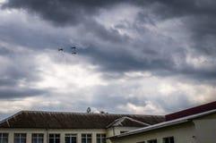 在训练飞行期间的俄国图-160轰炸机与换装燃料在天空中在中央俄罗斯 免版税图库摄影