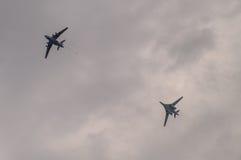 在训练飞行期间的俄国图-160轰炸机与换装燃料在天空中在中央俄罗斯 库存照片