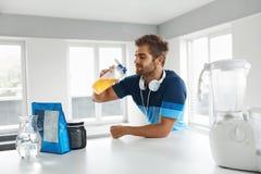 在训练前的人饮用的体育饮料 营养补充 免版税库存照片